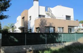 Houses with pools by the sea for sale in Tarragona. Modern villa with a large plot with a swimming pool, Cambrils, Spain