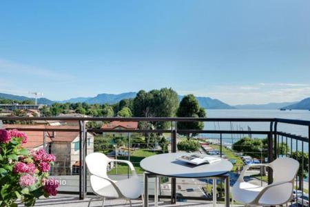 Penthouses for sale in Maccagno. The comfortable 2-storey penthouse with a pool, a parking place and a marina for boats, on the shore of the picturesque lake Maggiore