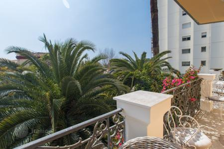 3 bedroom apartments for sale in Nice. Close to the port of Nice, a superb Bourgeois apartment with terrace/balcony overlooking garden, garage