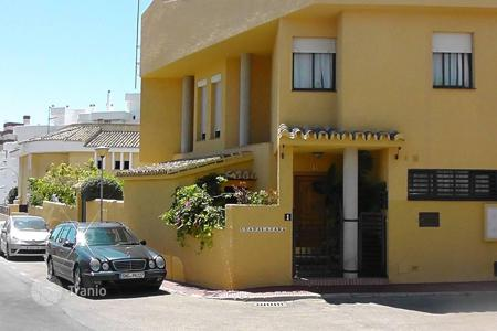 Townhouses for sale in Costa del Sol. Extensive townhouse in Benalmadena Costa with 250 m² garden and own fruit trees