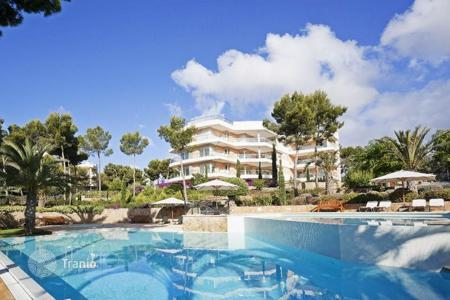 Apartments with pools for sale in Majorca (Mallorca). Apartment in a prestigious residential complex with swimming pool and garden, by the sea in Sol de Mallorca, Mallorca, Baleares, Spain