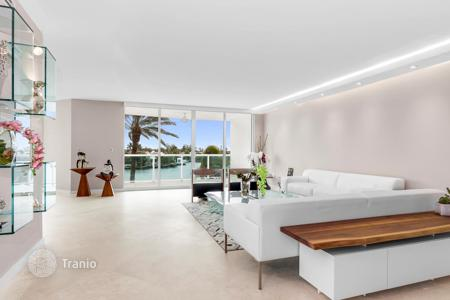 Apartments with pools for sale in North America. Premium apartment with a spacious terrace in a modern condominium on the coast, Aventura, Florida, USA