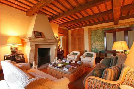 Luxury houses with pools for sale in Cetona. Prestigious villa is an elegant and charming villa for sale in Tuscany