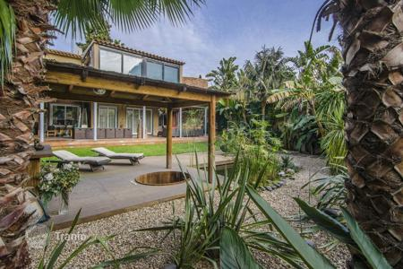 Luxury houses for sale in Spain. Two-storey villa with a tropical garden and a patio with a pond in the district of Gracia, Barcelona