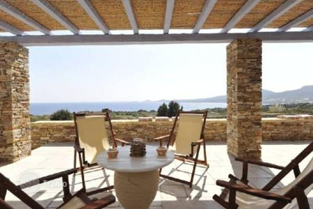 Villas and houses for rent with swimming pools in Aegean. This is a luxury beach front villa (200m away) located in a prime area with sandy beaches, in the charming Antiparos island