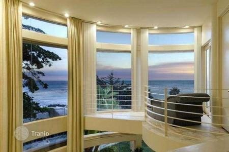 Luxury 3 bedroom houses for sale in North America. Modern villa with private beach in Malibu