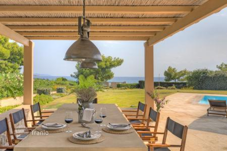 Houses with pools for sale in Porto Cheli. Beachfront villa in Porto Cheli, Greece. House with direct access to the beach, a swimming pool and a garden, in a small elite residence