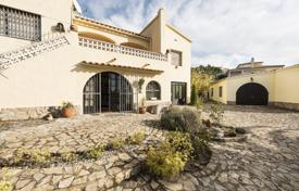 Property for sale in Lerida. Spacious villa with a pool, a garden and a guest house, overlooking the gulf of Roses, next to the park, Lleida, Spain