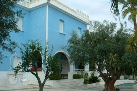6 bedroom houses for sale in El Campello. Villa of 6 bedrooms in moorish style with private pool in El Campello
