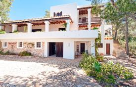 Coastal property for sale in Ibiza. This 4-building estate, with views on the Meditarranean, Es Vedrà and the sunset