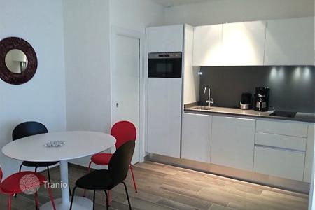 Coastal residential for sale in Nice. A renovated 2 room furnished apartment at 100 meters from the beach