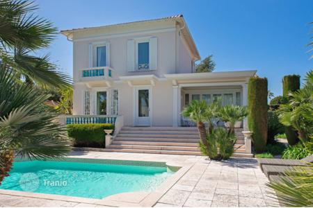Luxury houses with pools for sale in Antibes. Villa – Antibes, Côte d'Azur (French Riviera), France