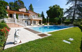 A comfortable villa with two independent apartments, a studio, a picturesque garden, a swimming pool and sea views, Mougins, Côte d'Azur for 1,590,000 €