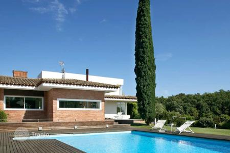 Luxury houses with pools for sale in Costa Brava. Comfortable house with a pool, a terrace and a beautiful garden, Palau de Girona, Spain