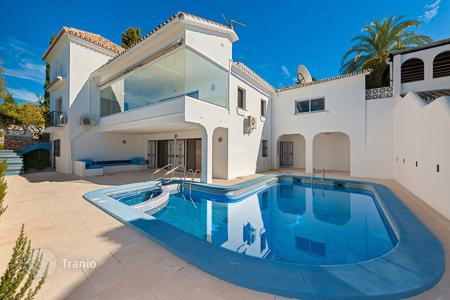Houses with pools by the sea for sale in Estepona. Delightful Villa in El Paraiso Alto, Estepona