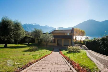 Houses for sale in Lake Como. House in Tremezzo with view over Lake Como