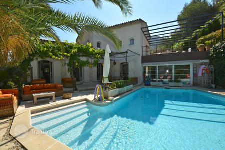 Coastal houses for sale in Nice. Grande Corniche, delightful sunny villa with swimming pool in a gated domain
