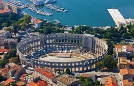 4 bedroom apartments by the sea for sale in Croatia. Four-room apartment in the center of Pula