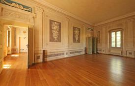 4 bedroom apartments for sale in Italian Lakes. Prestigious apartment in the historic palace of year, 700