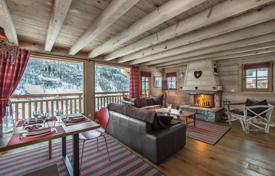 5 bedroom villas and houses to rent in Meribel. New chalet for 10 people, with balconies, terraces and an outdoor jacuzzi, Meribel, France