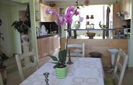 Cheap apartments for sale in Bouches-du-Rhône. Cassis; Charming three bedroom apartment near port with sea view