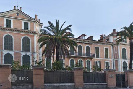 2 bedroom apartments by the sea for sale in Italy. Magnificent apartment in one of the oldest buildings in Bordighera, just 50 meters from the beach
