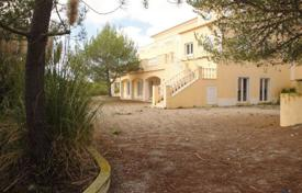 Property for sale in Lisbon. Spacious villa with a terrace and large plot of land, Santa Maria and são Miguel, Portugal