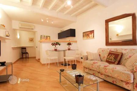 Apartments for sale in Lazio. Profitable apartment in the center of Rome, a few steps from Campo de'Fiori and Piazza Navona. Rental price up to 204 euros per night!