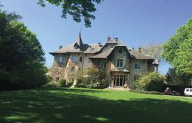 Luxury chateaux for sale in Ile-de-France. Historic castle with a tennis court, surrounded by a picturesque park, 20 minutes from Paris, Versailles, France