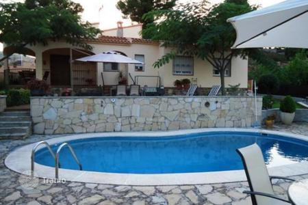 Cheap houses with pools for sale in Catalonia. Villa – Catalonia, Spain