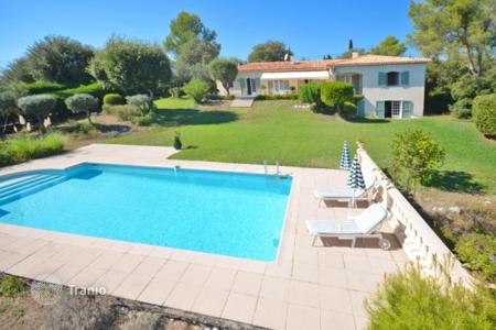 Houses for sale in Roquefort-les-Pins. Villa – Roquefort-les-Pins, Côte d'Azur (French Riviera), France