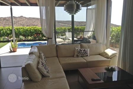 Coastal property for sale in Las Palmas de Gran Canaria. Sunny Villa in Salobre Golf