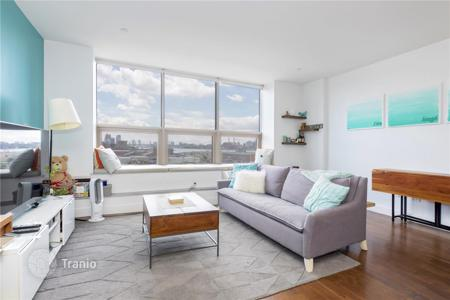 1 bedroom apartments for sale in North America. Spacious apartment in Long Island City, New York. Flat in a condominium with a concierge, a business center and a pool