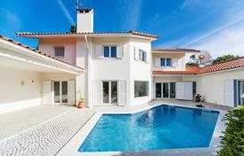 Houses with pools for sale in Lisbon. The two-storey villa with a pool in the center Malveyra da Serra