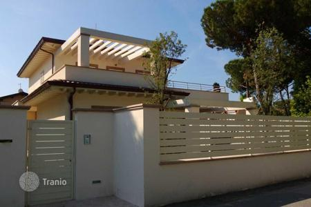 5 bedroom houses for sale in Forte dei Marmi. Villa with garden and parking in the heart of Forte dei Marmi, Tuscany, Italy