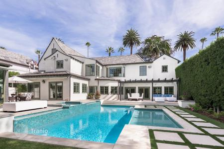 Luxury 6 bedroom houses for sale in North America. Luminous villa in Beverly Hills, USA. Guest house, lounges, swimming pool, spa