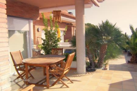 Luxury houses with pools for sale in Catalonia. Beautiful villa in the exclusive residential area of Viladecans, Barcelona