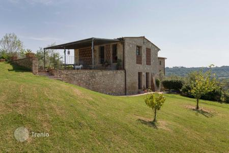 3 bedroom houses for sale in Tuscany. The house is in a residential complex with a swimming pool in a beautiful location, near San Gimignano