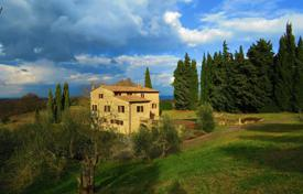 Houses with pools for sale in Siena. Beautiful villa with pool, Siena, Italy