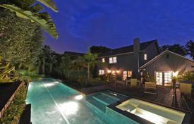 Luxury houses with pools for sale in North America. Villa with beautiful views of the mountains and the ocean in Malibu