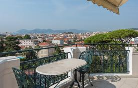 Luxury residential for sale in Provence - Alpes - Cote d'Azur. Spacious apartment with a view of the city and the sea, in a historic residence with a concierge, in the center of Cannes, France