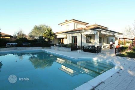 Houses for sale in Milan. Villa with garden and swimming pool, in the prestigious area of Italian elite, in Milan