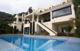 Luxury 3 bedroom houses for sale in Andalusia. Villa for sale in El Madroñal, Benahavis