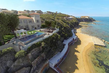 Houses with pools for sale in Tuscany. House only few steps from the beach in the bay Kuerchetano