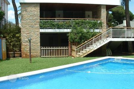 Houses with pools for sale in Castelldefels. Villa – Castelldefels, Catalonia, Spain
