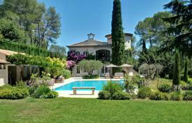 Luxury 6 bedroom houses for sale in Mougins. Comfortable villa with a private garden, a pool and a parking, Mougins, France