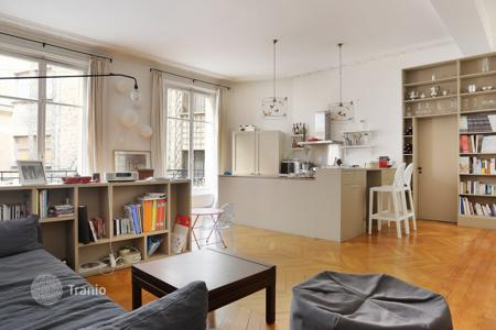 Property for sale in Ile-de-France. Renovated apartment overlooking a courtyard, in Paris 7th, Ile-de-France, France