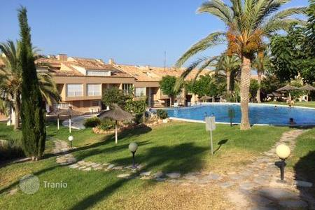 Coastal townhouses for sale in Costa Blanca. Townhouse in complex with excellent infrastructure on the seafront in Alicante, Spain