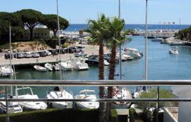 1 bedroom apartments by the sea for sale in Catalonia. Bright corner apartment overlooking the marina. Spacious, well finished and full of light. Gorgeous views!