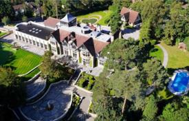 Luxury property for sale in the United Kingdom. Two-level mansion with a swimming pool, a landscaped garden and a parking in Oxshott, Surrey, United Kingdom